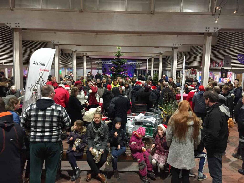 Der var 500-600 mennesker til juletræstænding i Dianalund Centret