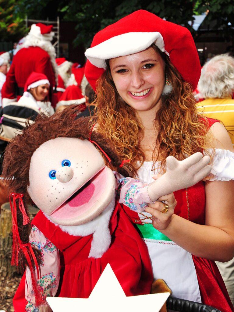 Sine med hendes dukke Frække Rikke kommer og optræder sammen med Julemanden i Dianalund Centret